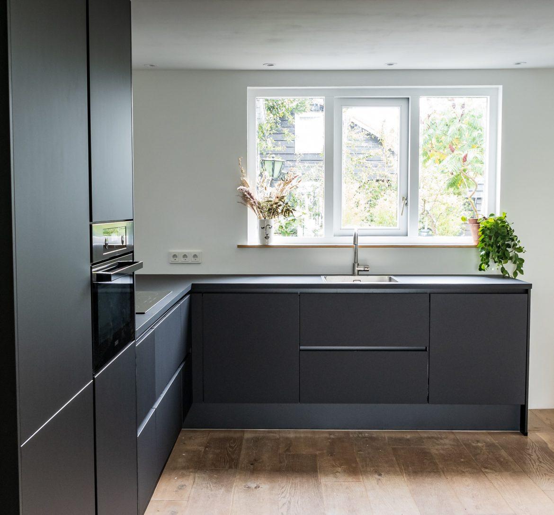 Comment donner du glamour à votre cuisine avec des éléments Art déco cuisine noir et bois